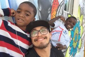 Esse é o Caique Oliveria e as crianças que moram na Casa Missionária da Aldeia Nissi.