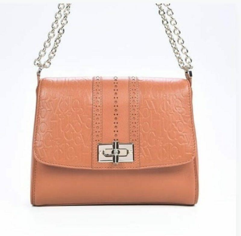 a4ce48695 A nova temporada apresenta várias versões de bolsas, mochilas, clutch e  totes nos diferentes materiais sempre combinado com detalhes e alças em  finíssimo ...